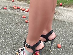 slut crushing in high heels some fruit in sexy minishort.