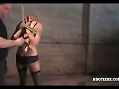 Bondage Babe Strip Gefesselt
