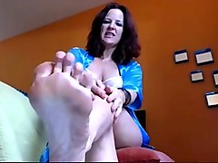 mature tattooed webcam whore showed off her wrinkled soles
